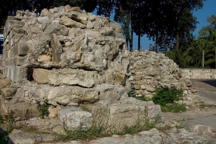 Resti muro di tempio pagano