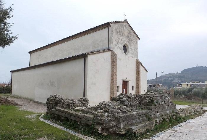 Chiesa di San Martino con resti tempio