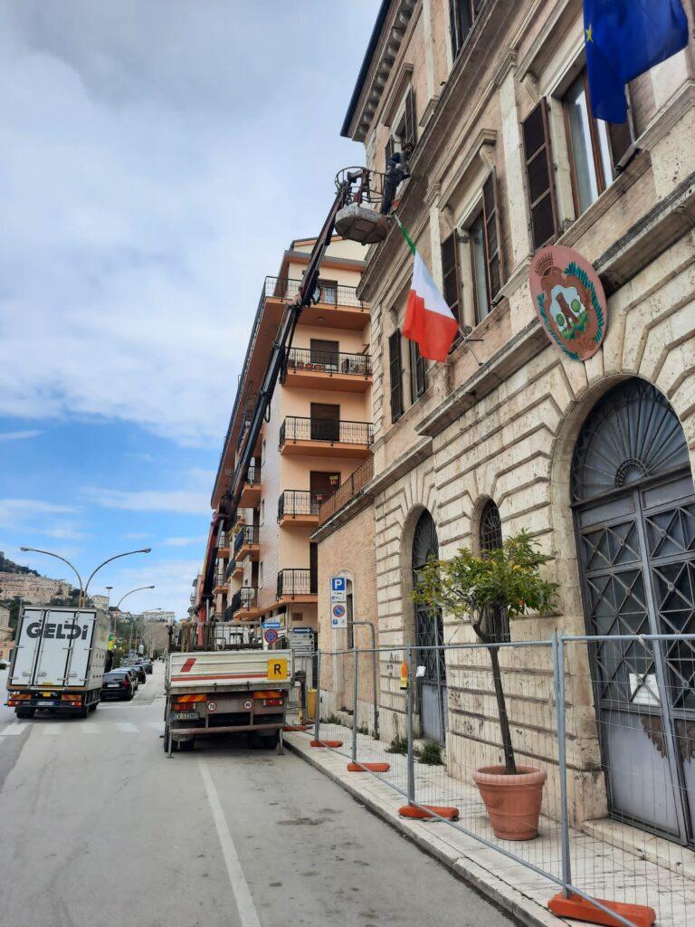 Lavori in corso alla facciata ovest del municipio